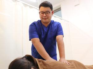 腰の施術を行う柔整師